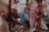 Pedagang memotong daging sapi di Pasar Kolpajung, Pamekasan, Jawa Timur, Minggu (9/5/2021). Dalam sepekan terakhir harga daging sapi di daerah itu naik dari Rp100 ribu menjadi Rp110 ribu per kg, karena tingginya permintaan untuk kebutuhan lebaran. Antara Jatim/Saiful Bahri/zk