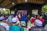 Sejumlah pengunjung melihat penampilan bintang tamu Pandaz dan Anisa Cahyani pada acara Kampoeng Senja untuk Charty for Palestine di Amanah Borneo Park, Banjarbaru, Kalimantan Selatan, Minggu (9/5/2021). Amanah Borneo Park besama Aksi Cepat Tanggap (ACT) Kalimantan Selatan mengadakan buka bersama serta menggalang dana untuk membantu saudara di Palestina. Foto Antaranews Kalsel/Bayu Pratama S.
