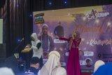 Anisa Cahyani (Rising Star) dan Pandaz beraksi pada acara Kampoeng Senja untuk Charty for Palestine di Amanah Borneo Park, Banjarbaru, Kalimantan Selatan, Minggu (9/5/2021). Amanah Borneo Park besama Aksi Cepat Tanggap (ACT) Kalimantan Selatan mengadakan buka bersama serta menggalang dana untuk membantu saudara di Palestina. Foto Antaranews Kalsel/Bayu Pratama S.