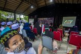 Warga mendengarkan tausiah yang diberikan oleh Syekh Ahmed Almasamha dari Ramallah, Palestina di Kampoeng Senja Amanah Borneo Park, Banjarbaru, Kalimantan Selatan, Minggu (9/5/2021). Amanah Borneo Park besama Aksi Cepat Tanggap (ACT) Kalimantan Selatan mengadakan buka bersama serta menggalang dana untuk membantu saudara di Palestina. Foto Antaranews Kalsel/Bayu Pratama S.