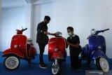 Pengunjung melihat koleksi sepeda motor yang dipajang di Museum Motor Klasik di SMK National Media Centre (NMC) Malang, Jawa Timur,  Sabtu (8/5/2021). Museum yang didirikan untuk sarana edukasi tentang sejarah teknologi mesin motor tersebut memiliki sekitar 200 koleksi motor klasik berbagai jenis yang diproduksi mulai tahun 1930 hingga 2021. Antara Jatim/Ari Bowo Sucipto/zk