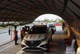 Petugas gabungan menghentikan kendaraan saat penyekatan dalam rangka larangan mudik di pos penyekatan exit tol Dumpil, Kabupaten Madiun, Jawa Timur, Sabtu (8/5/2021). Penyekatan yang dilakukan petugas gabungan TNI, Polri, Satpol PP, Badan Penanggulanan Bencana Daerah (BPBD) dan ormas itu dimaksudkan untuk mengantisipasi pemudik masuk wilayah Kabupaten Madiun guna mencegah penularan COVID-19, dan beberapa kendaraan terpaksa harus berputar balik karena tak bisa menunjukkan surat keterangan bebas COVID-19. Antara Jatim/Siswowidodo/zk