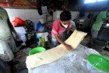 Pekerja membuat adonan kue di Pasar Kolpajung, Pamekasan, Jawa Timur, Minggu (9/5/2021). Dalam dua hari terakhir permintaan adonan kue basah dan kering untuk lebaran meningkat dari 90 kg menjadi 400-500 kg per hari. Antara Jatim/Saiful Bahri/zk