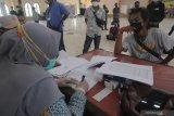 Petugas mendata Pekerja Migran Indonesia (PMI) saat dilakukan tes usap di Islamic Center, Pamekasan, Jawa Timur, Sabtu (8/5/2021). Sekitar 69 PMI dari sejumlah negara menjalani masa karantina dan tes usap untuk memastikan tidak terjangkit COVID-19 sebelum kembali ke kampung halamannya. Antara Jatim/Saiful Bahri/zk