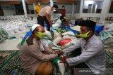 Panitia penerimaan dan penyaluran zakat fitrah menerima zakat fitrah berupa beras di Masjid Al-Ikhlas Gampong Ilie, Banda Aceh, Aceh, Senin (10/5/2021). Umat muslim diwajibkan membayar zakat fitrah untuk mensucikan harta dan melengkapi ibadah puasa Ramadhan sebesar 2,8 kilogram beras sesuai yang ditetapkan kantor Kementerian Agama Kota Banda Aceh pada 1442 Hijriah. Antara Aceh/Irwansyah Putra.