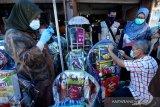 Petugas BBPOM Aceh memeriksa dan mendata berbagai makanan kemasan dan kue produk UMKM yang dijajakan pedagang saat razia pengawasan pangan dan parcel lebaran di Banda Aceh, Aceh, Senin (10/5/2021). Pengawasan pangan dan parcel lebaran Idulfitri 1442 Hijriah dilakukan untuk mengantisipasi penggunaan produk kadaluwarsa dan rusak. Antara Aceh/Irwansyah Putra.