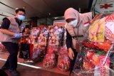 Petugas BBPOM Aceh memeriksa dan mendata berbagai makanan kemasan dan kue produk UMKM dalam bungkusan parcel lebaran yang dijajakan pedagangn saat pengawasan pangan dan parcel lebaran di Banda Aceh, Aceh, Senin (10/5/2021). Pengawasan pangan dan parcel lebaran Idulfitri 1442 Hijriah dilakukan untuk mengantisipasi penggunaan produk kadaluwarsa dan rusak. Antara Aceh/Irwansyah Putra.