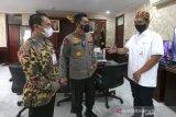 Komisaris Independen PT Bank Syariah Indonesia (BSI) Tbk M. Arief Rosyid Hasan (kanan) dan Head of Corporate Communication PT BSI Tbk Eko Nopiansyah (kiri) berbincang dengan Kapolda Aceh Irjen Pol Wahyu Widada saat bersilahturrahmi di ruang kerja Kapolda Aceh, Banda Aceh, Senin (10/5/2021). Antara Aceh / Irwansyah Putra.