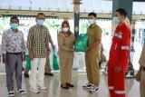 Pemkab Sleman dan REI DIY menyerahkan 755 paket sembako bagi PHL