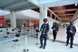 Personel Satuan Brimob Polda Bali berjaga di area Terminal Domestik Bandara Internasional I Gusti Ngurah Rai di Badung, Bali, Senin (10/5/2021). Penjagaan tersebut dilakukan untuk menjamin keamanan Bandara Ngurah Rai selama pemberlakuan larangan mudik Hari Raya Idul Fitri 1442 Hijriah. ANTARA FOTO/Fikri Yusuf/nym.