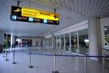 Suasana lengang area Terminal Domestik Bandara Internasional I Gusti Ngurah Rai di Badung, Bali, Senin (10/5/2021). Sejak mulai diberlakukannya larangan mudik Hari Raya Idul Fitri 1442 Hijriah pada 6 Mei lalu, hingga Minggu (9/5/2021) kemarin Bandara Ngurah Rai melayani total 4.331 orang penumpang atau menurun hingga 90 persen jika dibandingkan dengan sebelum pemberlakuan larangan mudik. ANTARA FOTO/Fikri Yusuf/nym.