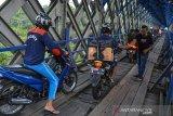 Pengendara sepeda motor melintas di jalur alternatif selatan terowongan Cirahong yang menghubungkan Kabupaten Ciamis dengan Kabupaten Tasikmalaya di Jawa Barat, Senin (10/5/2021). Memasuki H-3 Lebaran kepadatan lalu lintas pemudik menggunakan jalur alternatif selatan menuju Jawa Tengah dan sebaliknya menurun, hanya dipadati pemudik lokal. ANTARA JABAR/Adeng Bustomi/agr