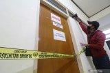 Wartawan mengambil gambar ruangan yang disegel Komisi Pemberantasan Korupsi (KPK) di gedung Badan Kepegawaian Daerah (BKD) Nganjuk, Jawa Timur, Senin (10/5/2021). Komisi Pemberantasan Korupsi (KPK) bersama Bareskrim Polri melakukan penggeledahan gedung BKD saat Operasi Tangkap Tangan (OTT) terhadap Bupati Nganjuk Novi Rahman Hidayat yang diduga terkait jual-beli jabatan. Antara Jatim/Prasetia Fauzani/zk