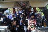 Pekerja Migran Indonesia (PMI) bersiap turun dari bus penjemputan untuk menjalani karantina di Islamic Center, Pamekasan, Jawa Timur, Senin (10/5/2021). Sejak pertengahan bulan Ramadan lalu hingga H-2 Idul Fitri 1442 H. Jumlah kedatangan PMI di Kabupaten Pamekasan mencapai sekitar 485 orang. Antara Jatim/Saiful Bahri/zk