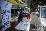 Seorang muzaki memberikan zakat berupa uang kepada petugas Pusat Zakat Umat (PZU) pada layanan pembayaran zakat tanpa turun di PP Persis, Bandung, Jawa Barat, Senin (10/5/2021). Layanan pembayaran zakat tanpa turun tersebut dilakukan untuk memberikan kemudahan bagi muzaki untuk membayar zakat, serta menghindari kontak fisik guna mencegah penyebaran COVID-19. ANTARA JABAR/Raisan Al Farisi/agr