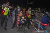 Petugas kepolisian menertibkan pemudik motor yang berhenti di pinggir ruas jalan setelah diputar balik di jalur pantura Karawang, Jawa Barat, Senin (10/5/2021). Penertiban tersebut dilakukan guna mencegah kemacetan dan kecelakaan lalu lintas. ANTARA JABAR/M Ibnu Chazar/agr