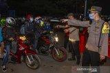 Polisi menghalau pemudik motor yang melintas di jalur pantura Karawang, Jawa Barat, Senin (10/5/2021). Petugas gabungan dari TNI, Polri, Dishub dan Satpol PP memperketat penjagaan pemudik dari arah Jakarta menuju Jawa Barat dan Jawa Tengah pada H-3 jelang Hari Raya Idul Fitri 1442 H. ANTARA JABAR/M Ibnu Chazar/agr