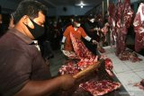 Petugas Dinas Pertanian dan Ketahanan Pangan Banyuwangi menggelar sidak daging di pasar Blambangan, Banyuwangi, Jawa Timur, Senin (10/5/2021). Sidak tersebut selain untuk mengecek ketersediaan daging yang permintaannya jelang perayaan Hari Raya Idul Fitri meningkat, juga untuk memastikan kondisi daging memenuhi persyaratan yakni Aman, Sehat, Utuh dan Halal (Asuh). Antara Jatim/Budi Candra Setya/zk