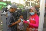 Relawan SIBAT Palang Merah Indonesia (PMI) di Kelurahan Benteng, Jawa Barat membagikan masker dan meningkatkan kesadaran masyarakat untuk menggunakan masker dan memastikan suhu tubuh optimal saat melakukan aktivitas di luar rumah. Pembagian masker ini diharapkan menjadi sarana edukasi untuk memberikan penguatan terhadap masyarakat bahwa siapapun dapat terjangkit COVID-19. (Antara/HO/PMI/IFRC).