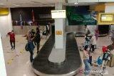 Sejumlah porter di Bandara STS Jambi beralih jualan kue