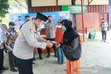 Melalui ini para personel Polres Solok Arosuka membantu meringankan beban masyarakat yang kurang mampu