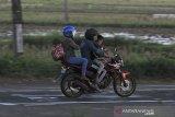 Pemudik sepeda motor melintas di jalur Pantura Lohbener, Indramayu, Jawa Barat, Selasa (11/5/2021). Meskipun sudah dilakukan penyekatan di sejumlah wilayah, arus mudik yang didominasi pemudik sepeda motor pada H-2 jelang Hari Raya Idul Fitri 1442 H terpantau ramai dan lancar. ANTARA JABAR/Dedhez Anggara/agr