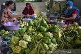 Perajin membuat ketupat lebaran di Kawalu, Kota Tasikmalaya, Jawa Barat, Selasa (11/5/2021). Para perajin yang biasa sehari-hari bekerja di konveksi bordir beralih menjadi perajin ketupat lebaran dengan memproduksi 3.000 ketupat dari 2.5 kuital beras per harinya. ANTARA JABAR/Adeng Bustomi/agr