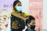 Pekerja melakukan perawatan rambut pada seorang konsumen di sebuah salon kecantikan di Malang, Jawa Timur, Selasa (11/5/2021). Pengusaha jasa salon kecantikan setempat mengaku kewalahan mengatasi banyaknya permintaan yang meningkat dari 50 orang menjadi 200 orang per hari atau melonjak hingga empat kali lipat jelang lebaran. Antara Jatim/Ari Bowo Sucipto/zk