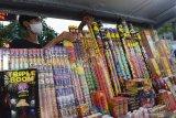 Penjual musiman merapikan kembang api yang dijual di Kota Madiun, Jawa Timur, Senin (10/5/2021). Menurut penjual tersebut selama pertentahan Ramadhan hingga menjelang lebaran, omzet penjualan kembang api yang dijual dengan harga antara Rp15 ribu hingga Rp150 ribu per buah tergantung ukuran rata-rata Rp500 ribu per hari. Antara Jatim/Siswowidodo/zk