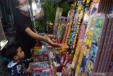 Penjual musiman kembang api melayani pembeli di Kota Madiun, Jawa Timur, Senin (10/5/2021). Menurut penjual tersebut selama pertentahan Ramadhan hingga menjelang lebaran, omzet penjualan kembang api yang dijual dengan harga antara Rp15 ribu hingga Rp150 ribu per buah tergantung ukuran rata-rata Rp500 ribu per hari. Antara Jatim/Siswowidodo/zk