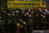Pemudik sepeda motor terjebak kemacetan saat melintasi posko penyekatan mudik di jalur Pantura Patokbeusi, Subang, Jawa Barat, Selasa (11/5/2021) dini hari. Petugas gabungan memutar balikan pemudik yang melintasi jalur pantura Subang pada H-2 jelang Hari Raya Idul Fitri 1442 H. ANTARA JABAR/M Ibnu Chazar/agr
