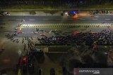 Foto udara pemudik sepeda motor terjebak kemacetan saat melintasi posko penyekatan mudik di jalur Pantura Patokbeusi, Subang, Jawa Barat, Selasa (11/5/2021) dini hari. Petugas gabungan memutar balikan pemudik yang melintasi jalur pantura Subang pada H-2 jelang Hari Raya Idul Fitri 1442 H. ANTARA JABAR/M Ibnu Chazar/agr