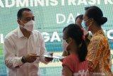 Wali Kota Surabaya Eri Cahyadi (kiri) menyerahkan dokumen kependudukan kepada salah satu keluarga kru KRI Nanggala-402 di Balai Kota Surabaya, Jawa Timur, Senin (10/5/2021). Pemkot Surabaya menyerahkan dokumen administrasi kependudukan dan tali asih kepada sejumlah keluarga kru KRI Nanggala-402. Antara Jatim/Didik Suhartono/zk