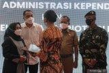 Wali Kota Surabaya Eri Cahyadi (kedua kiri) menyerahkan dokumen kependudukan kepada salah satu keluarga kru KRI Nanggala-402 di Balai Kota Surabaya, Jawa Timur, Senin (10/5/2021). Pemkot Surabaya menyerahkan dokumen administrasi kependudukan dan tali asih kepada sejumlah keluarga kru KRI Nanggala-402. Antara Jatim/Didik Suhartono/zk