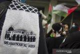 Massa yang tergabung dalam Aliansi Umat Islam Jawa Barat melakukan aksi solidaritas untuk Palestina di Kawasan Asia Afrika, Bandung, Jawa Barat, Rabu (12/5/2021). Mereka dalam aksi tersebut mengutuk dan mengecam keras atas tindakan serangan pasukan Israel terhadap umat muslim palestina dan Masjid Al Aqsa serta meminta pemerintah dan Umat muslim Indonesia untuk bersatu memboikot segala bentuk yang  berhubungan dengan Israel. ANTARA JABAR/Novrian Arbi/agr