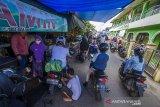 Calon pembeli padati kios penjualan ketupat dan lontong di Kampung Ketupat Jalan Sungai Baru, Banjarmasin, Kalimantan Selatan, Rabu (12/5/2021). Menjelang Hari Raya Idul Fitri 1442 Hijriah, penjualan ketupat dan lontong yang di jual harga Rp5000 hingga Rp7000 per buah itu mengalami peningkatan hingga 75 persen dibandingkan pada hari biasa. Foto Antaranews Kalsel/Bayu Pratama S.