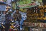 Pedagang ketupat dan lontong melayani konsumen di Kampung Ketupat Jalan Sungai Baru, Banjarmasin, Kalimantan Selatan, Rabu (12/5/2021). Menjelang Hari Raya Idul Fitri 1442 Hijriah, penjualan ketupat dan lontong yang di jual harga Rp5000 hingga Rp7000 per buah itu mengalami peningkatan hingga 75 persen dibandingkan pada hari biasa. Foto Antaranews Kalsel/Bayu Pratama S.