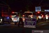 Petugas memeriksa kendaraan pemudik yang melintas di Jalur Selatan Pos penyekatan leter U Gentong, Kabupaten Tasikmalaya, Jawa Barat, Rabu (12/5/2021). Akibat kepadatan antrean kendaraan pemudik pada H-1 yang melintas di jalur Selatan menuju Tasikmalaya, Ciamis dan Jawa Tengah, Polres Tasikmalaya Kota meloloskan pemudik ke daerah tujuan. ANTARA JABAR/Adeng Bustomi/agr