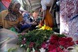 Pedagang bunga tabur melayani pembeli di Pasar Kolpajung, Pamekasan, Jawa Timur, Rabu (13/5/2021). Memasuki akhir Ramadhan 1442 H permintaan bunga tabur untuk ziarah kubur saat Idul Fitri meningkat. Antara Jatim/Saiful Bahri/zk