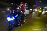 Pemudik sepeda motor melintas di jalur perbatasan Karawang - Bekasi, Jawa Barat, Selasa (11/5/2021). ANTARA JABAR/M Ibnu Chazar/agr