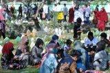 Warga melakukan ziarah kubur di Pemakaman Muslim Wanasari, Denpasar, Bali, Kamis (13/5/2021). Pemakaman tersebut dipadati oleh ratusan peziarah yang melakukan tradisi ziarah kubur untuk mendoakan keluarga yang telah meninggal dunia saat Hari Raya Idul Fitri 1442 Hijriah. ANTARA FOTO/Fikri Yusuf/nym.