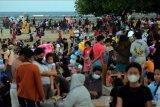 Wisatawan menikmati suasana liburan di Pantai Sanur, Denpasar, Bali, Kamis (13/5/2021). Obyek wisata yang dicanangkan sebagai kawasan zona hijau tersebut ramai dikunjungi wisatawan lokal pada liburan Idul Fitri 1442 Hijriah. ANTARA FOTO/Nyoman Hendra Wibowo/nym.