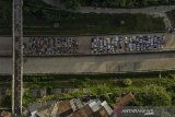 Foto udara warga yang melaksanakan Salat Idul Fitri di ruas Jalan Tol Cileunyi-Sumedang-Dawuan (Cisumdawu) di Pamulihan, Kabupaten Sumedang, Jawa Barat, Kamis (13/5/2021). Pemerintah menetapkan 1 Syawal 1442 H pada Kamis (13/5/2021). ANTARA JABAR/Raisan Al Farisi/agr