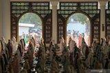 Umat Islam melaksanakan shalat Idul Fitri di Masjid Nasional Al Akbar, Surabaya, Jawa Timur, Kamis (13/5/2021). Pelaksanaan shalat Idul Fitri yang diikuti ribuan umat Islam itu digelar dengan menerapkan protokol kesehatan ketat. Antara Jatim/Didik Suhartono/zk