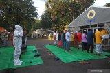 Sejumlah pasien COVID-19 dan tenaga kesehatan menunaikan shalat Idul Fitri di halaman Rumah Sakit Lapangan Indrapura (RSLI) di Surabaya, Jawa Timur, Kamis (13/5/2021). Pelaksanaan shalat Idul Fitri di RS Lapangan Indrapura tersebut diikuti sekitar 30 pasien dari Pekerja Migran Indonesia (PMI) dan puluhan tenaga kesehatan. Antara Jatim/Moch Asim/zk.