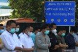 Sejumlah tenaga kesehatan menunaikan shalat Idul Fitri di halaman Rumah Sakit Lapangan Indrapura (RSLI) di Surabaya, Jawa Timur, Kamis (13/5/2021). Pelaksanaan shalat Idul Fitri di RS Lapangan Indrapura tersebut diikuti sekitar 30 pasien dari Pekerja Migran Indonesia (PMI) dan puluhan tenaga kesehatan. Antara Jatim/Moch Asim/zk.