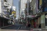 Warga berjalan di kawasan niaga ABC, Bandung, Jawa Barat, Kamis (13/5/2021). Warga Kota Bandung menikmati suasana sepi di sejumlah titik wisata kota usai melaksanakan Shalat Ied 1442 Hijriah. ANTARA JABAR/Novrian Arbi/agr