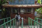 Pekerja membersihkan pintu masuk di wisata The Lodge Maribaya, Kabupaten Bandung Barat, Jawa Barat, Jumat (14/5/2021). Kawasan wisata Lembang yang ditutup sejak 6 Mei 2021 akan kembali dibuka oleh Pemerintah Kabupaten Bandung Barat  pada Sabtu, (15/5/2021) dengan menerapkan protokol kesehatan yang ketat dan pembatasan pengunjung. ANTARA JABAR/Raisan Al Farisi/agr