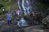 Pengunjung mengunjungi wisata Curug Tujuh Cibolang, Kampung Sandingtaman, Kabupaten Ciamis, Jawa Barat, Jumat (14/5/2021). Wisatawan memanfaatkan libur lebaran dengan berwisata bersama keluarga di kawasan wisata alam yang dikelola Perhutani Kesatuan Pemangkuan Hutan (KPH)Ciamis. ANTARA JABAR/Adeng Bustomi/agr