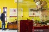 Pengunjung mengamati artefak koleksi Museum Situs Batujaya di Kompleks Situs Percandian, Desa Segaran, Batujaya, Karawang, Jawa Barat, Jumat (14/5/2021). Museum tersebut menyimpan serta melindungi sejumlah artefak yang ditemukan di kompleks situs percandian Batujaya guna menjadi penelitian dan edukasi sejarah. ANTARA JABAR/M Ibnu Chazar/agr
